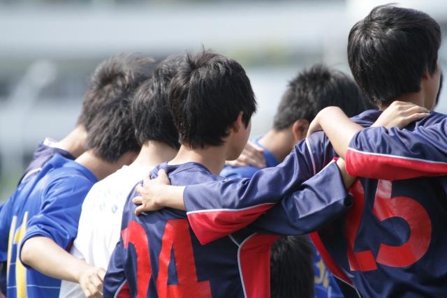 サッカーする学生